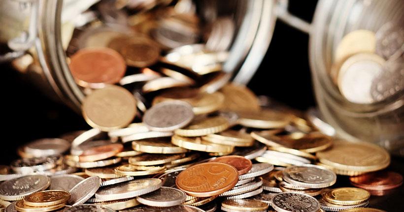 En burk med mynt som vält.