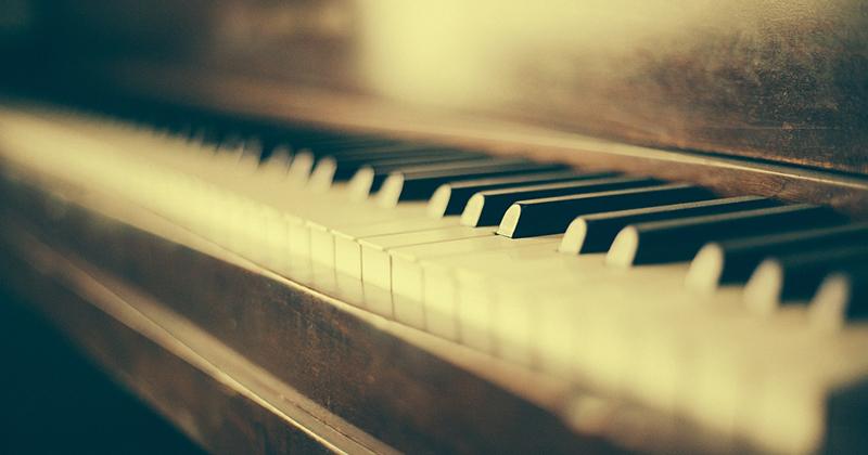 En sepiabild taget nära på ett piano.