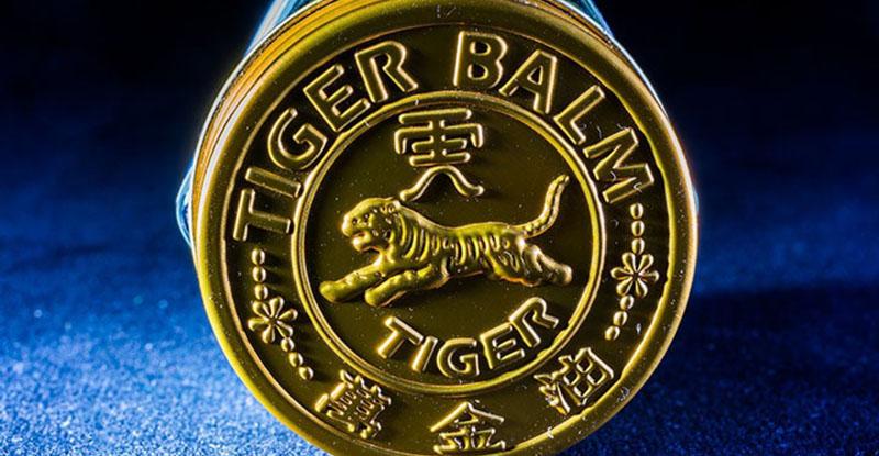 En närbild på en burk tigerbalsam.